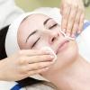 Eine Frau wird bei einem Besuch in einem Kosmetikstudio behandelt