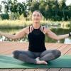 Eine Frau nimmt dank Better Aging das Altern gelassen und macht Yoga