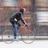 Ein Mann fährt mit dem Rad