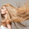Eine Frau hat natürlich blonde Haare