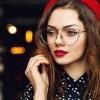 Eine Frau trägt Brille und Make-up