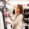 Eine Frau ist Dessous shoppen