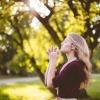 Eine Frau findet Entspannung im Alltag im Freien