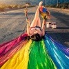 Eine Frau malt die Farben ihrer Seele auf sich
