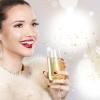 Eine Frau mit festlichem Make-up, roten Lippen und einem Champagnerglas in der Hand
