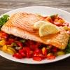 Ein Fischgericht mit viel Gemüse als Beilage