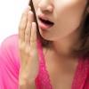 Eine Frau hält eine Hand vor den Mund
