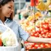 Frau kauft sich basische Lebensmittel am Markt