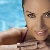 Eine Frau ist im Pool und hat wasserfestes Make-up