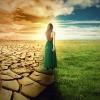 Eine Frau befindet sich auf der Suche nach dem spirituellen Lebensplan zwischen zwei Welten