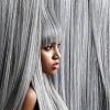 Eine Frau mit grauen Haaren