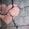 Gemaltes Herz auf rissigem Boden als Symbol für Gefühlschaos nach Trennung