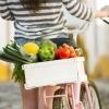 Gemüse ist in einem Behälter am Fahrrad