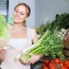 Eine Frau sucht Gemüse aus