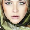 Eine Frau mit grünen Augen hat Make up aufgetragen