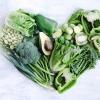 Grünes Gemüse, das gut für die Haut ist, formt ein Herz