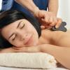Eine Frau bekommt eine Gua Sha Massage