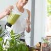 Eine Frau ist beim Heilfasten und ernährt sich flüssig mit Smoothies