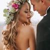 Ein Brautpaar trägt Hochzeitsfrisuren