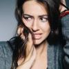 Eine nervös wirkende Frau zerzaust sich die Haare und blickt angespannt zur Seite. Es wirkt, als könne sie Tipps gegen Nervosität gut gebrauchen.