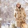 Eine Frau hat eine Jacke für Herbst und Winter an