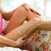 Auf einem Bein steht etwas mit einer Körperlotion geschrieben
