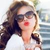 Eine Frau zeigt einen Kussmund mit schönen Lippen
