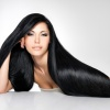 Schwarze und lange Haare zeigt eine Frau her