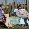 Ein Paar verwendet einen Bademantel im Garten