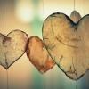 Herzen hängen herunter als Zeichen für Liebe