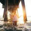 Eine Frau mit langen Haaren ist im Meer