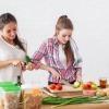 Zwei Frauen kochen Mischkost für ein starkes Immunsystem
