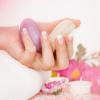 Eine Hand mit gepflegten Nägeln hält eine Seife