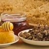 Bienenprodukte wie Honig und Propolis liegen nebeneinander