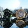 Zwei Uhren von Rolex liegen auf einer Fläche, eventuell als Geldanlage