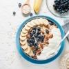 Schlaffördernde Lebensmittel wie Banane, Milchprodukte, Haferflocken
