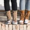 Zwei Schuhe mit Schnee