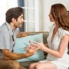 Ein Paar streitet sich am Küchentisch und könnte sicherlich ein paar Tipps dazu gebrauchen, wie man eine Beziehung in schwierigen Zeiten auf Erfolgskurs hält.