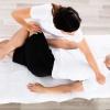 Ein Mann erhält eine Shiatsu Massage