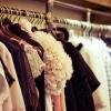 Auf einem Kleiderständer hängen Jacken in Brauntönen