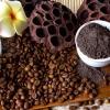 Gemahlener Kaffee wird als Zutat für ein Kaffee-Peeling verwendet