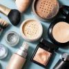 Verschiedenes Make-up liegt nebeneinander