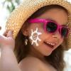 Auf der Wange eines Mädchens ist Sonnencreme für Kinder