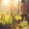 Eine Frau treibt Sport bei Hitze. Sie geht Laufen