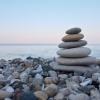 Steine in Balance symboliseren innere Gelassenheit