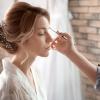 Zwei Frauen zeigen Ihr Frisuren Styling für die Hochzeit
