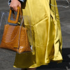 In einer großen durchsichtigen Tasche befindet sich eine etwas kleinere Tasche