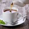 In eine Tasse wird Tee gegossen