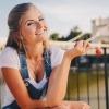Eine junge Frau trägt ein Oberteil mit einem leichten Ausschnitt