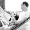 Vater und Sohn sitzen in der Hängematte